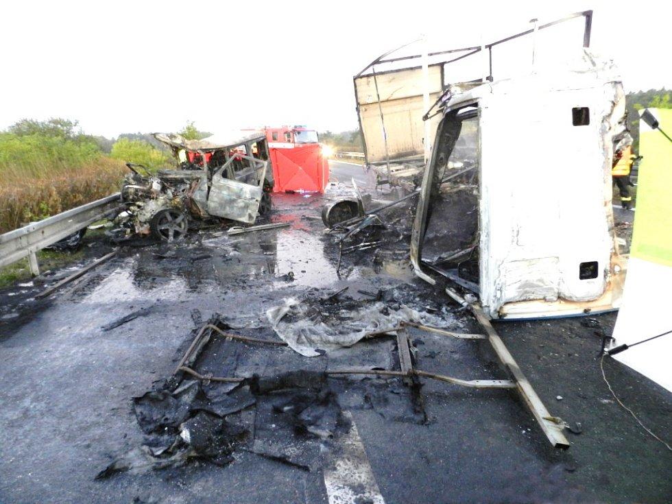 Tragická nehoda s následným požárem uzavřela hradeckou dálnici.