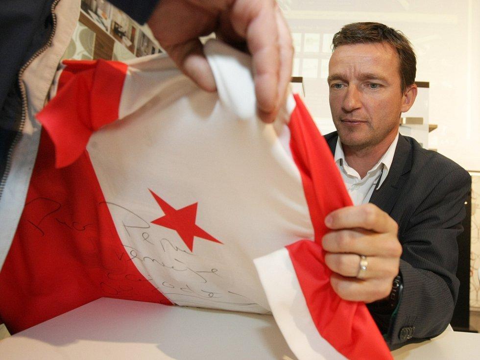 Vladimír Šmicer při autogramiádě v Hradci Králové.