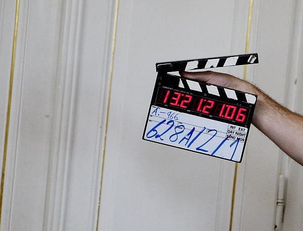 """Poslední dva díly cyklu sedmi detektivních filmů s názvem """"Ach ty vraždy"""" v hlavní roli s herečkou Jiřinou Bohdalovou letos natáčí Česká televize. Několik scén se včera točilo také na zámku v Myštěvsi na Hradecku"""