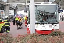 Havárie trolejbusu MHD na královéhradeckém Terminálu hromadné dopravy.