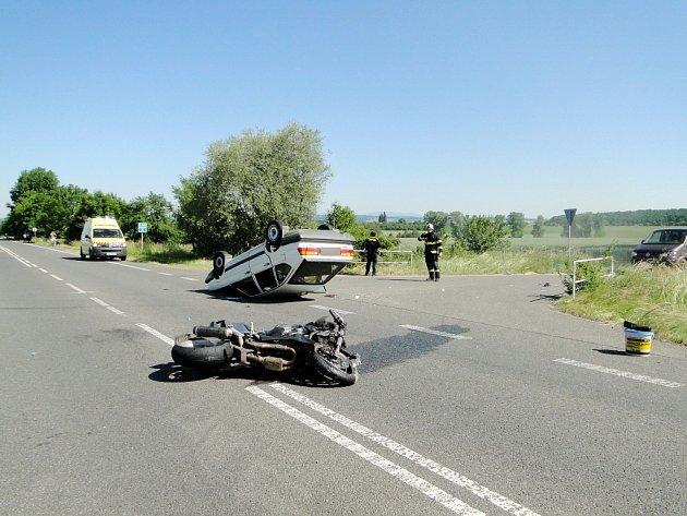 Srážka motocyklu s osobním autem Volkswagen Passat.