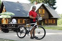 Obnovená  250 let stará Mazurova chalupa v Novohradeckých lesích u Hoděšovic se stává oblíbenou zastávkou výletníků. Nově tu mají k dispozici ohniště a občerstvení.