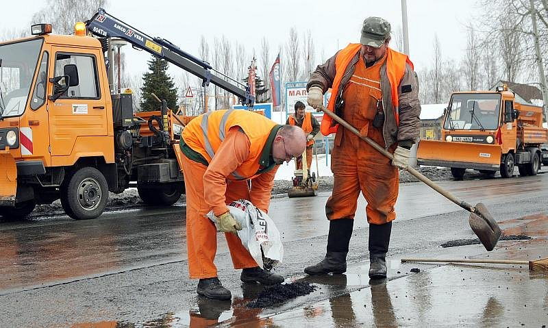 Zaměstnaci Technických služeb opravovali 22. února poničnou silnici ve Vážní ulici v Hradci Králové.