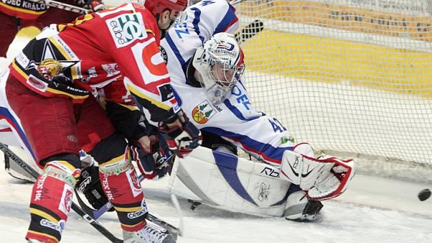 Mezi největší opory hradeckých hokejistů patří hradecký Jaroslav Roubík (v červeném)
