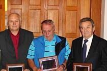 Hradecká fotbalová osobnost 2011 - z šestice oceněných na snímku zleva Václav Vyleťal, Vladislav Koudelka a Jindřich Klazar.