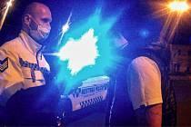 Řidič, který si strážníků všiml, prudce odbočil na nedaleké parkoviště. Přitom však manévr nezvládl. Narazil do betonových zábran, které posunul a poškodil si nárazník i přední světlo. MP Hradec Králové
