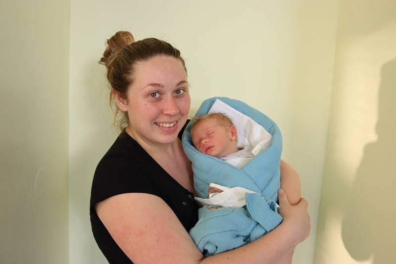 JOSEF LUKAŠÍK poprvé vykoukl na svět 29. září v 18.55 hodin. Po narození měřil 54 cm a vážil 3680 g. Svým příchodem na svět potěšil své rodiče Martu a Josefa Lukašíkovy z Jaroslavi.