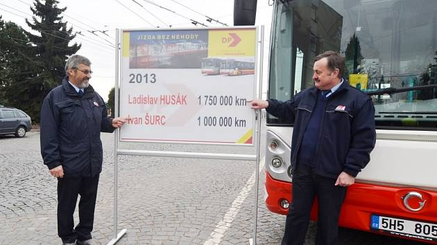 Dva milionáři. Ivan Šurc (vlevo) najel milion kilometrů, Ladislav Husák (vpravo) dokonce 1 750 000 kilometrů.