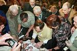 Jan Švejnar v obležení lovců autogramů