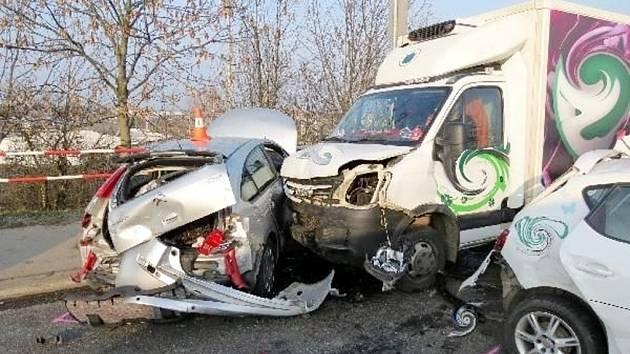 Dopravní nehoda na nadjezdu v hradecké Koutníkově ulici.
