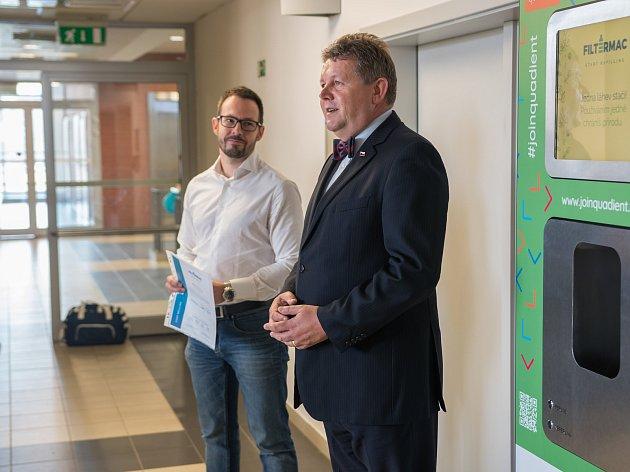 Do projektu Voda pro lidi, který školám a firmám zajišťuje zdarma čerstvou mikrofiltrovanou vodu zdarma, se zapojila také hradecká Fakulta informatiky a managementu.