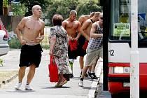 Fanoušci Sparty obsadili přibližně pět hodin před zápasem hospodu Na Rozcestí v Třebši. Na pořádek dohlíželo cca 20 těžkooděnců.