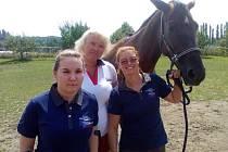 Eleonora Kinský dal Borgo (vpravo) trénuje na svém koni českou naději Anastasju Vištalovou (vlevo).