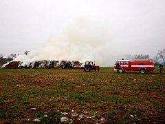 Požáru stohu sena v obci Ohnišťany.