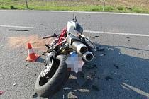 Řidič přehlédl motorkáře, ten se následně zřítil k zemi.