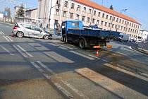 Dopravní nehoda osobního a nákladního automobilu v hradecké Okružní ulici.