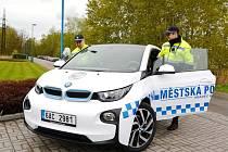 Zapůjčený elektromobil BMW královéhradeckých strážníků.