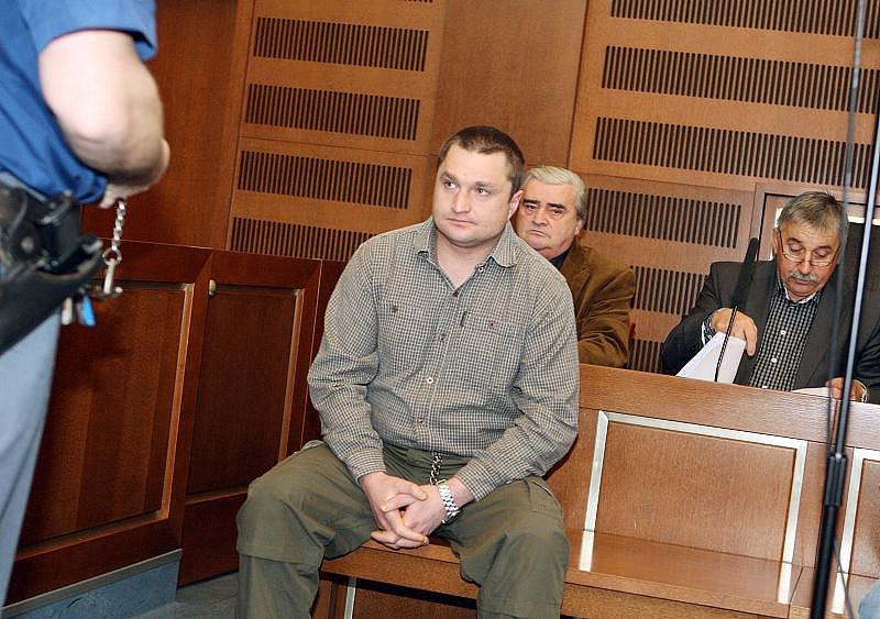 Před královéhradeckým soudem stanuli Michal Novotný, Jaroslav Červinka, Karel Záplata a Petra Mrkvičková (24. ledna 2011).