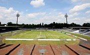 Červen 2008. Podoba malšovického fotbalového stadionu před přestavbou.
