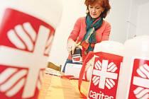 Pečetění kasiček královéhradecké charity určených pro lednovou Tříkrálovou sbírku.