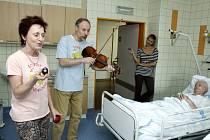 Jiří Hodina a Hana Grančicová pacientům na gerontometabolické klinice královéhradecké fakultní nemocnice.