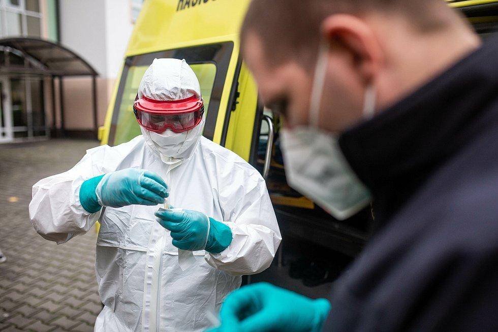 Mobilní odběrový tým HZS Královéhradeckého kraje funguje pár dní a už odebral desítky vzorků na COVID-19