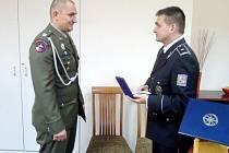 Oceněný Roman Havlena a ředitel královéhradecké krajské policie Martin Červíček.