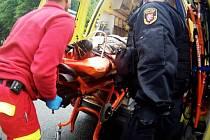 Nakládání zraněné osoby do sanitky.