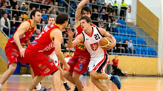 Hradecký basketbalista David Šírek (v bílém) v akci.