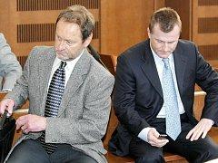 Čtyři bývalí manažeři společnosti Rubena Náchod  - Milan Šnajdr, Josef Klimeš, Otakar Svatoš a Ladislav Šafařík - znovu stanuli 8. března před hradeckým krajským soudem.