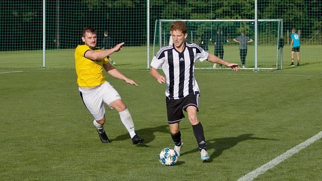 Patrik Palm (s míčem) v duelu s béčkem Chlumce nad Cidlinou.