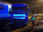 Srážka rychlíku s kamionem na železničním přejezdu v Chlumci nad Cidlinou.