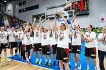 Hradecké lvice s pohárem a stříbrnými medailemi za druhé místo v Ženské basketbalové lize.