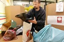 Charitativní sbírka obuvi a ošacení.