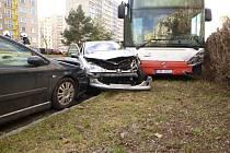 Autobus naboural do zaparkovaných aut.