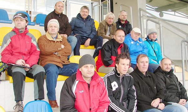 Účastníci semináře pro fotbalové trenéry na hřišti Sportovního centra mládeže Bavlna vHradci Králové.