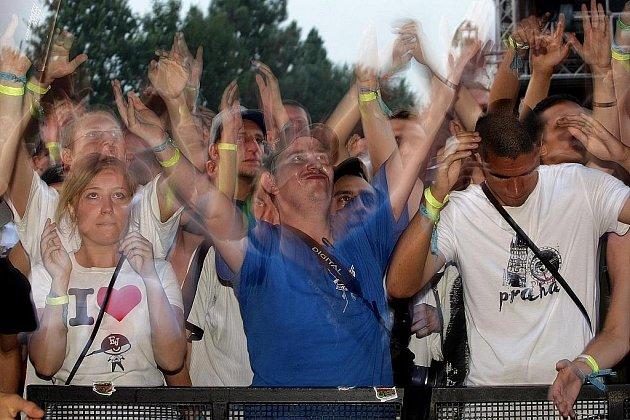 Tisíce milovníků hiphopové hudby se bavilo v pátek 21. srpna na letiště ve Festivalparku v Hradci Králové, kde pokračuje osmý ročník festivalu Hip Hop Kemp 2009.