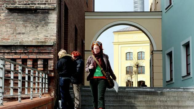 Dostat se večer na Pivovarské náměstí z bočních vchodů po Zpívajících schodech je nemožné. Brány na náměstí se z bezpečnostních důvodů zavírají.