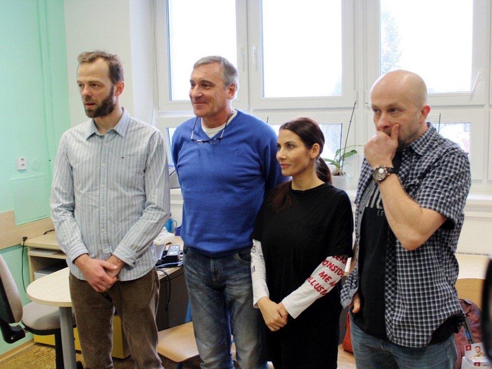 Známé tváře mezi malými pacienty a dětském traumacentru v Hradci Králové.