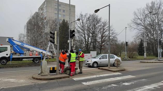Po takřka třech letech se k hradecké fakultní nemocnici vraejí semafory. Sprovoznit by se měly do konce týdne.