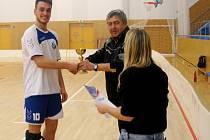 Krajský přebor středních škol ve florbale - předání poháru za 1. místo  kapitánovi vítězného týmu pořadatelem turnaje Vojtěchem Dlabáčkem.