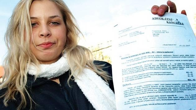 JANA PODALOVÁ nám ukázala výzvu, podle níž má zaplatit pokutu za jízdu načerno. Trolejbusem ten den vůbec nejela.