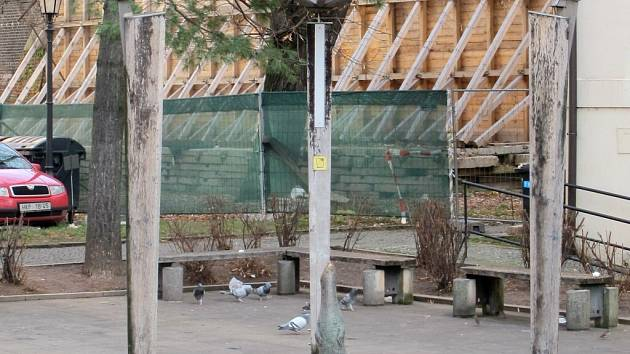 Socha vydry u hradeckého Adalbertina.