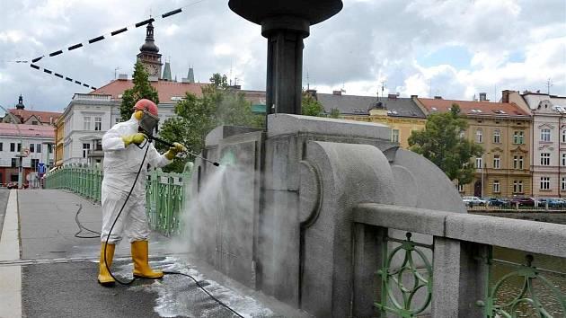 Smývání graffiti.