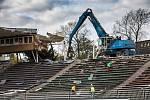 Demolice fotbalového stadionu v Hradci