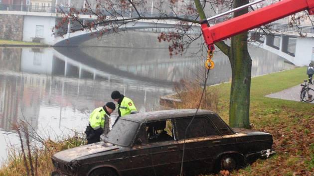 Potopené auto nalezli při Silvestrovském ponoru potápěči, kteří se ponořili pod hladinu Labe v místech, kde dříve kotvila loď Čechie na Smetanově nábřeží.