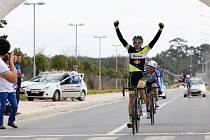 Tomáš Kalojíros z královéhradeckého týmu Whirlpool Author při triumfu v tréninkovém závodě.