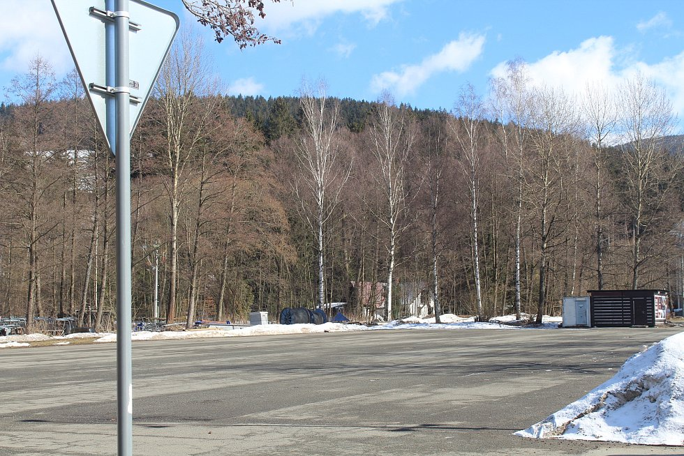 Horské středisko Deštné v Orlických horách zůstalo o víkendu úplně prázdné. Dokazují to i fotky z parkoviště pod skiareálem.
