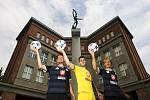 Fotbalisté FC Hradec Králové pózují před sochou vítěze u hradeckého Gymnázia J. K. Tyla - zleva: Adrian Rolko, Tomáš Koubek a Pavel Dvořák.
