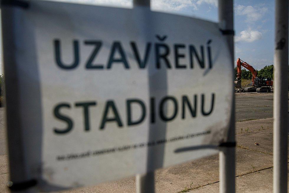 Těžká technika úřaduje na hradeckém fotbalovém stadionu.